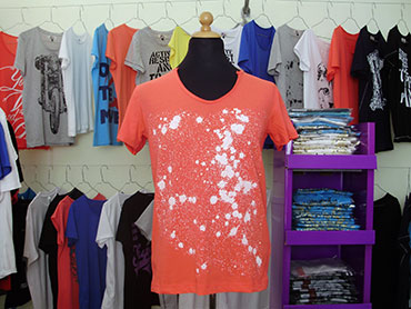 Art-T-Shirts White Splashes In Red T-Shirt